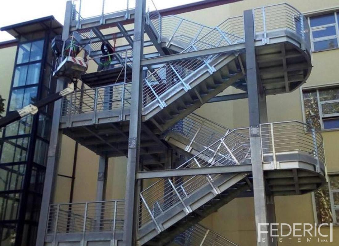 Scuola a Roma. Scala in carpenteria metallica certificata ISO1090, realizzata da Federici Sistemi